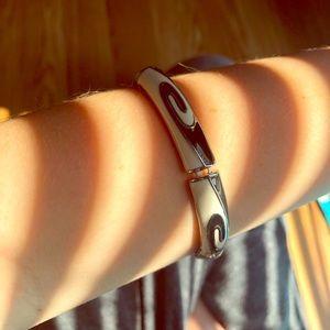 Stretch bracelet black and white enamel